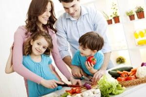 familia-preparando-comida-sana