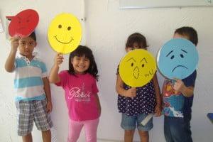 niños-emociones-cartulinas